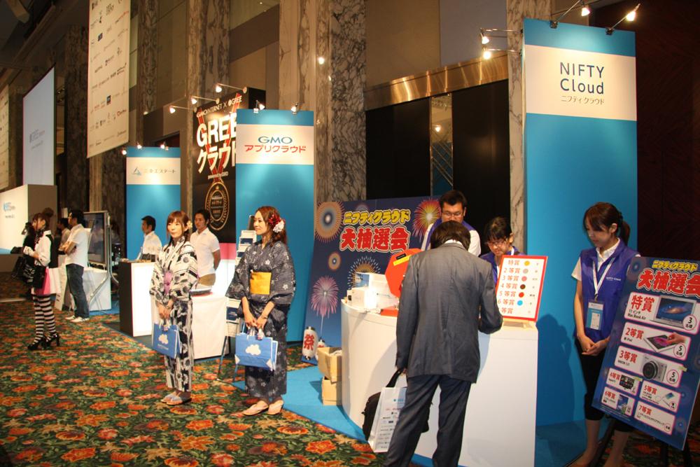 「GREE Platform Conference」名物となった感もあるスポンサーラウンジ。基調講演後は、ランチョンミーティングスペースとなり、立食スタイルの昼食を取りながら、スポンサーブースを回ったり、関係者同士で情報交換したり、メインステージでのスポンサーのイベントを見ることができる。1番目立っていたのは、Windows Azureのほか、Windows 8やXbox 360など多彩なアイテムを出展していた日本マイクロソフトか