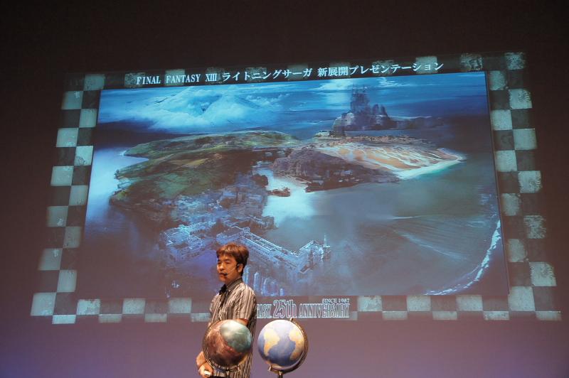 """「World Driven(ワールドドリブン)」というコンセプトを基に、現実世界のように生きている世界そのものを作る。手に持っているのはコクーンをかたどった地球儀ならぬ""""コクーン儀"""""""