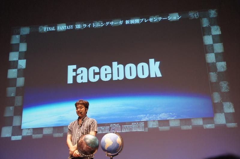 普通の地球儀を手に持ち、「現実世界とはFacebookとゲーム機能が連携して楽しめるようになる」と語る鳥山氏