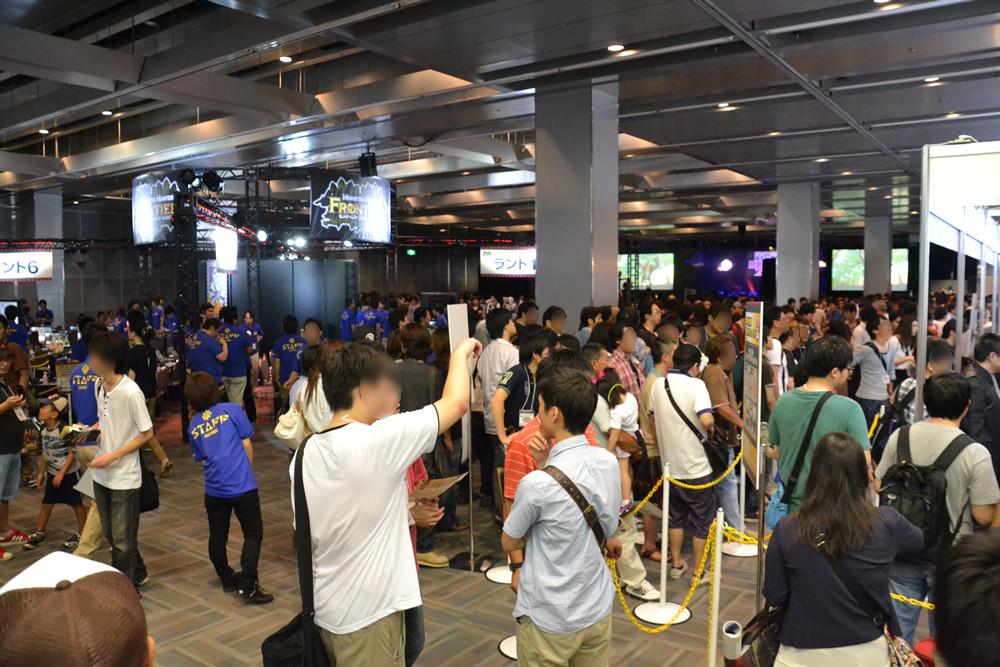 広い会場内が満員になっても入場しきれず制限をする事態に。行列がイベント終了時まで解消しなかったため、急遽重大発表のプレゼンテーションが2度行なわれることになった