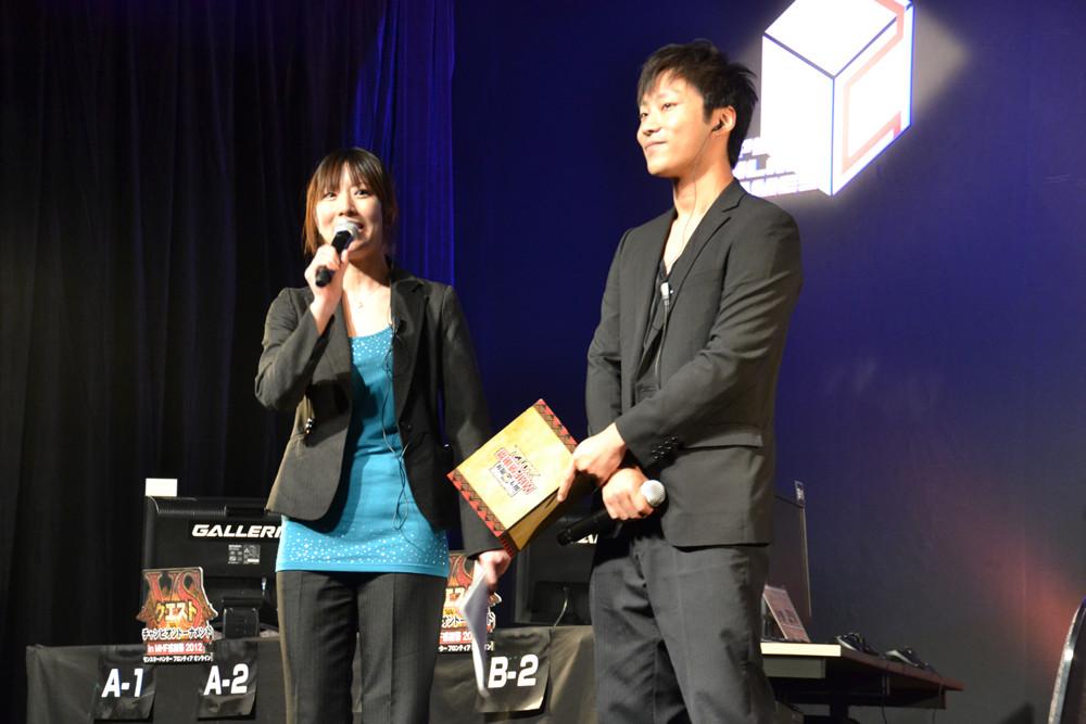 司会進行はネットカフェイベントで全国を回った、タレントの篠田有香さん(左)とテクノブラッドの山脇正利氏(右)が務めた