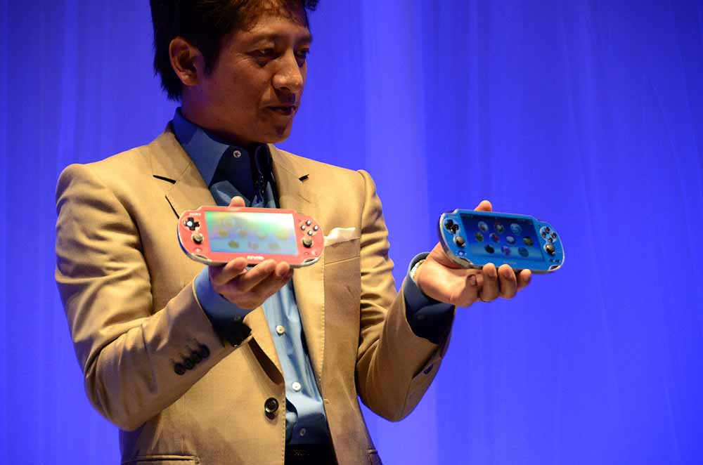 PS Vitaの新色「コズミック・レッド」と「サファイア・ブルー」を発表