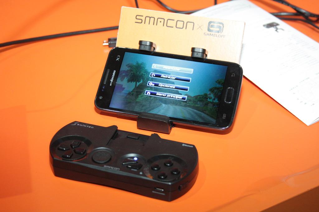 小さくて手軽なスマートフォンをゲーム機として使えるようになる「スマコン」。筆者としてはアナログスティック搭載タイプの登場が楽しみだ