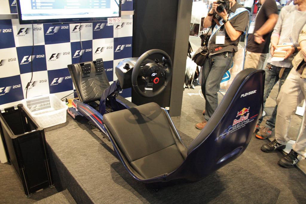 プレイシート「Redbull Racing F1」。コードマスターズブースで「F1 2012」の試遊にも使われていた