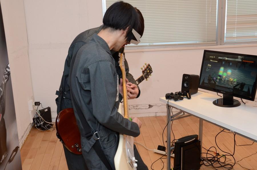 ギターを特訓中のヤノさんが「ギターケード」デモプレイを披露。慣れていないコードに困惑するヤノさんをハヤシさんが「ここだよ、ここ」とフォローする場面もチラホラ。来年1月から行なわれる全国ツアーが色々な意味で楽しみだ
