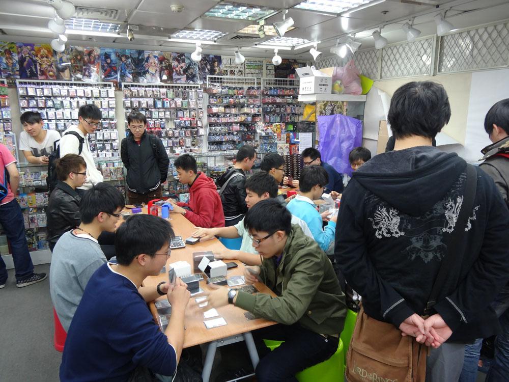 台北地下街には、カードゲームの専門店も複数あり、多くのプレーヤーが対戦を楽しんでいる