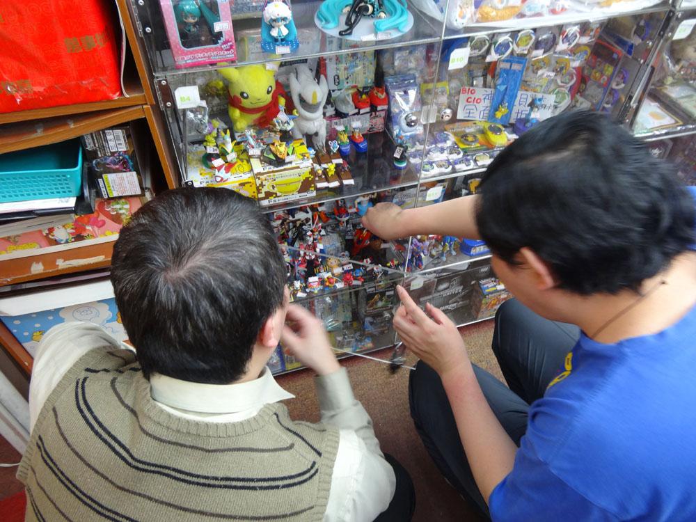 台北地下街で新たなムーブメントとなっていたのが、レンタルショーケース。日本にもかなり古くからあるし、台湾にも以前から存在はしていたが、今年はその数が急増していた。1ケースあたりのレンタル料は500NT$(約1,500円)ぐらいで、目に付きやすい場所であればあるほど高くなる。レンタルした人は、クリアケースの中に好きな商材を入れて、自由に値付けをして販売することができる