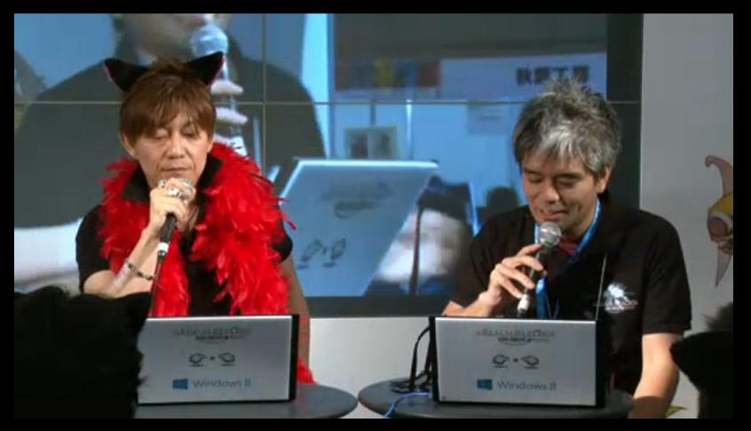コメントをチェックする吉田氏と、コミュニティチームの室内俊夫氏