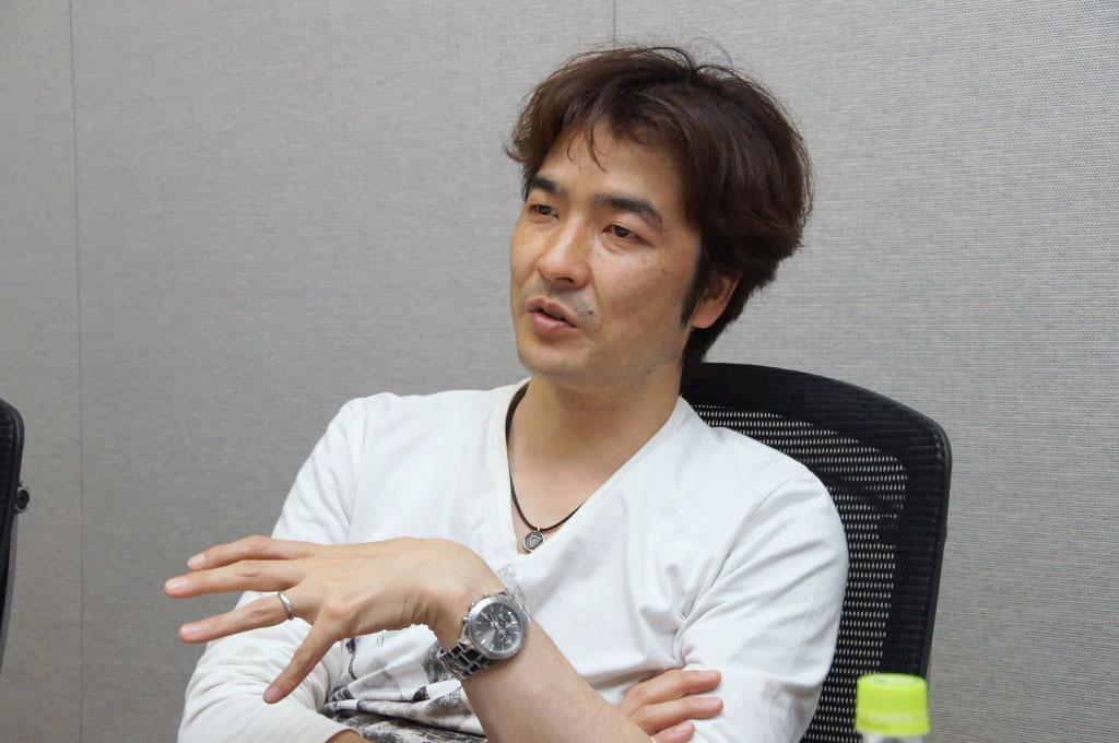 同じく、ディレクターの鳥山求氏。ゲームシステムやデザイン、「FFXIII-2」シリーズの世界観の構築など、詳しく語ってくれた