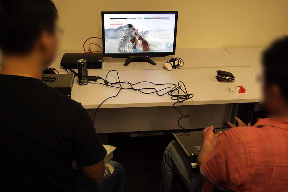 大会の合間には、会話を交しながら設置された対戦台をプレイする来場者たち