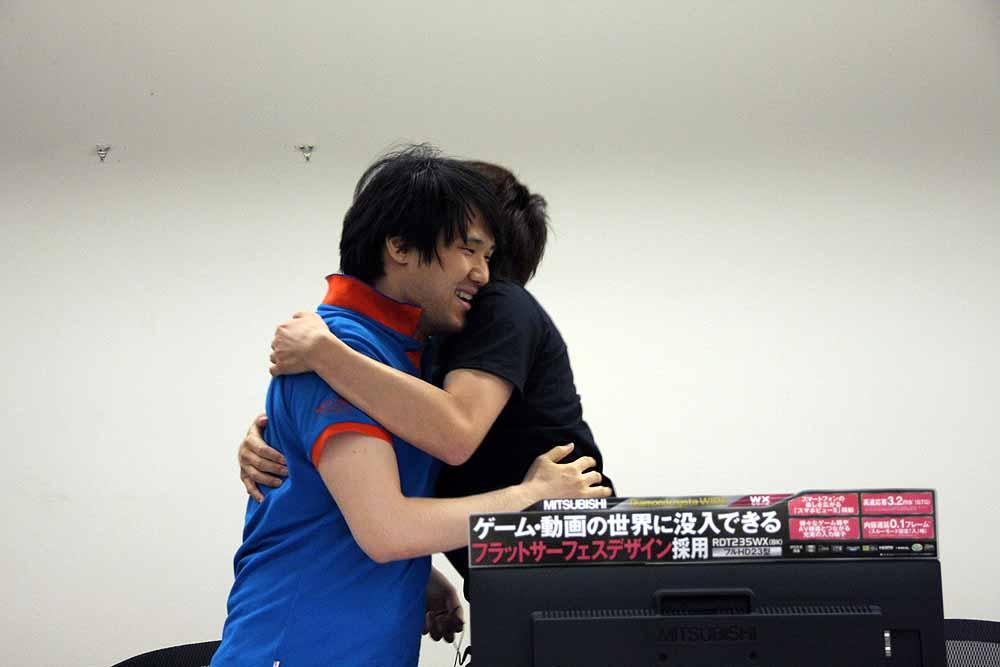 決勝戦は、TestTeam選手(写真左)と漢字の人選手(写真右)の戦いとなった。TestTeam選手の圧倒的強さが際立った大会となった。右写真は戦いを終えて抱き合って健闘を称えるTestTeam選手と漢字の人選手