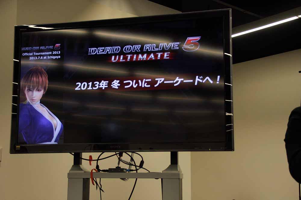 最後に挨拶した早矢仕プロデューサー。「2013年冬にアーケード版のリリースを行なう」との突然の発表に会場からは大きな歓声が上がった