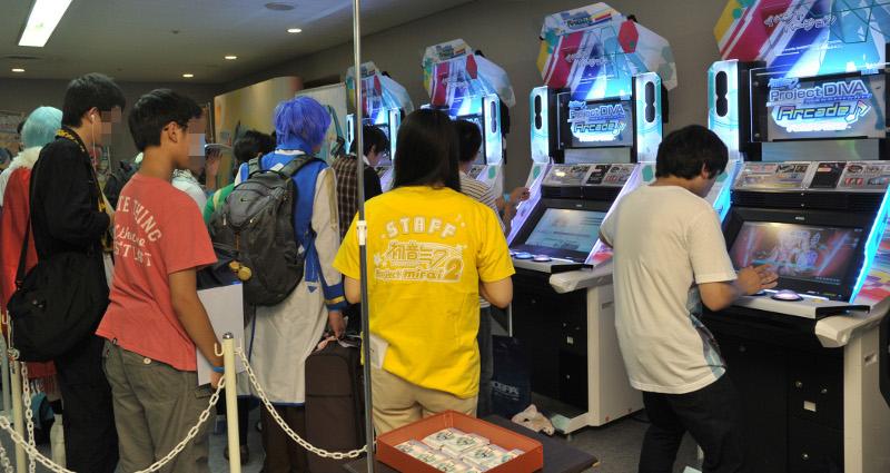 「初音ミク Project DIVA Arcade Future Tone」は待ち時間150分を超える人気。4つのボタンの前部に、新たに用意されたタッチスライダーの操作が楽しめた