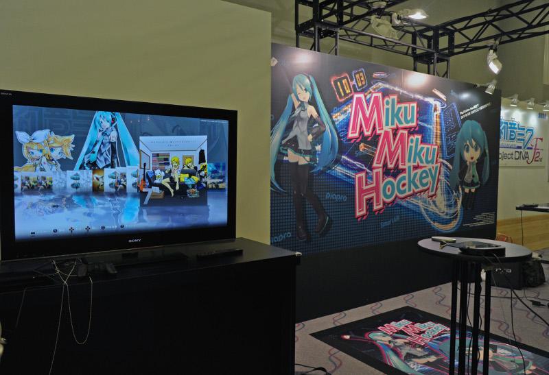 PS Vitaを動かしてパックを操作する「Miku Miku Hockey」。初音ミクの画像をARマーカーにして、PS Vita上の初音ミクとエアホッケーを楽しむことができる