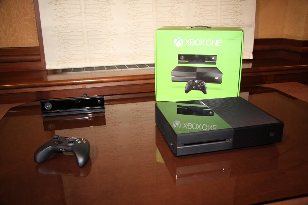 奥にあるボックスは、できたてほやほやだというXbox Oneの外箱。Xbox 360とほぼ同サイズといったところ