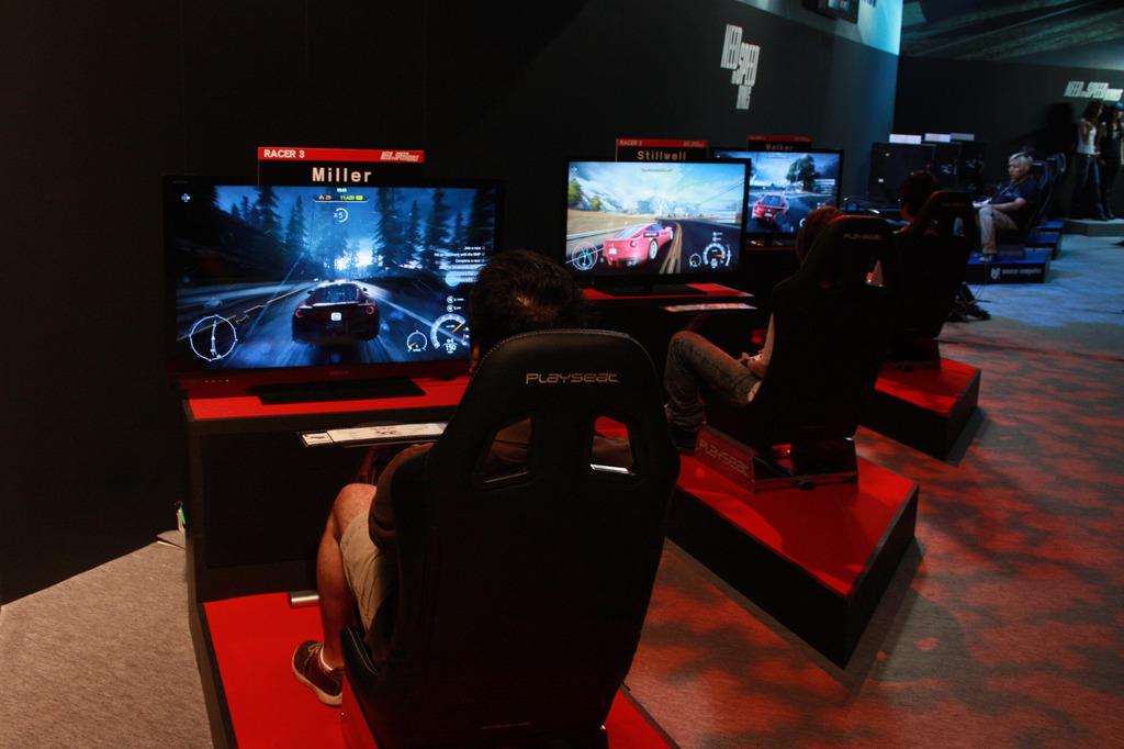 EAブースでは6台の試遊台を用意。3台が警察チーム、3台がレーサーチームとなっていて、本作ならではの対戦&協力型のプレイを確かめることができる。ちなみにレーシングシート仕様の環境だが、コントロールはゲームパッドだ。