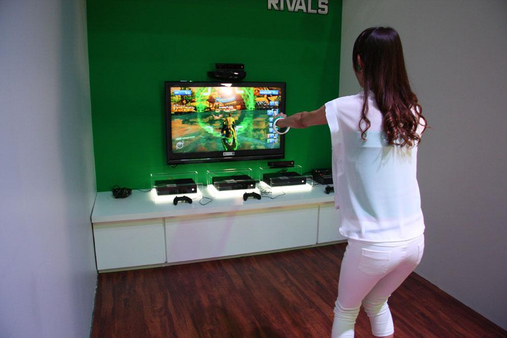 Kinectタイトルはプレーヤーの動きを見るのが楽しいということで、コンパニオンの方にプレイして頂いた。Xbox OneのKinectはかなり感度がいいため、じわっと操作しないといけないが、ついつい大きくハンドルを切っては衝突するということを繰り返していた