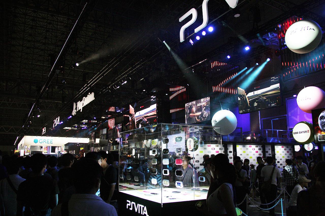 迷路のようなブースで、相当な数の試遊台が並べられた。次世代機「PS4」を始め、現世代機「PS3」、PS Vita TV、新型PS Vitaなど新製品もズラリ並んでいる