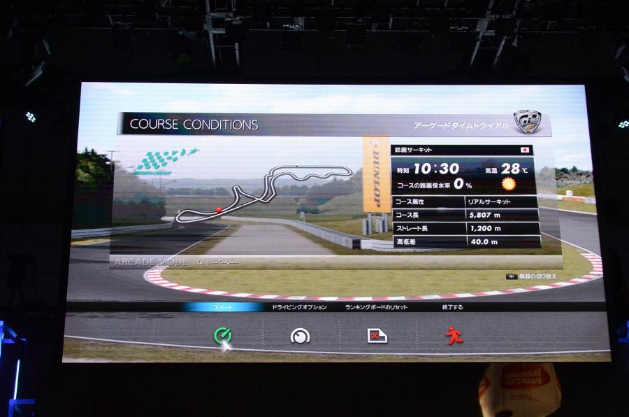 スタートから終盤までほぼ同一ポジションという大接戦! 勝者は脇坂選手で、文字どおりゲームでもプロの力量を見せ付けた格好。レース中さんざん煽っていた脇坂選手だが、フィニッシュと同時に「良かったぁ~!」と本音がポロリ。「僕、普段レースに出ているクルマとサーキットなの! ここで負けるわけにはいかないよ! ただね、ライバルのクルマなの(脇坂選手は2001年から現在までトヨタチームに所属)。今回勉強できたのは、ホンダHSVはこういう動きしてるのね! 次のレースはやっつけたいと思います」とコメント