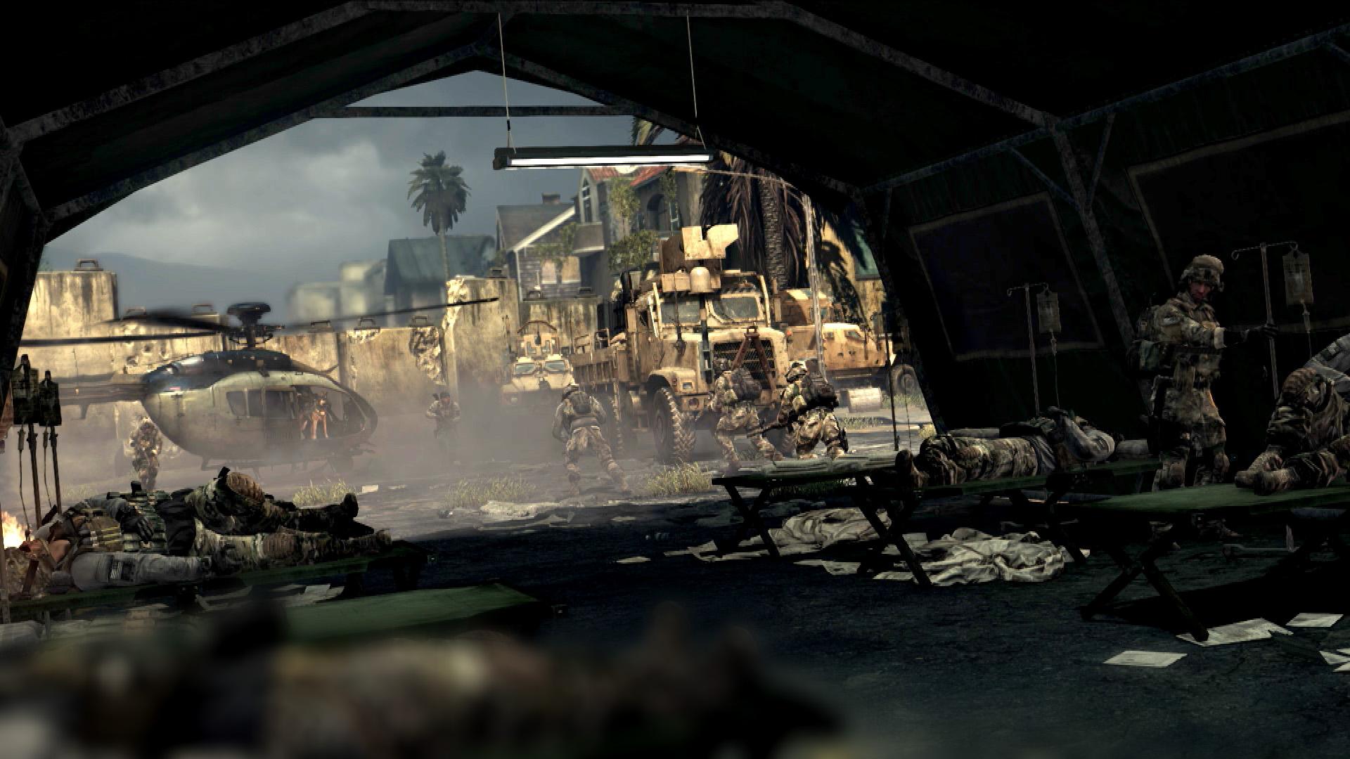 仮設の野営基地は傷病兵で溢れている。無残な姿を見せる家屋には、かつての生活の痕跡も