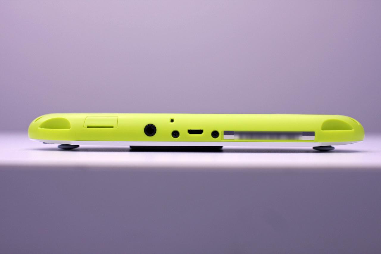 底面。写真の左からメモリーカードの挿入口、ヘッドフォン端子、マイクロUSB端子(タイプB)となっている