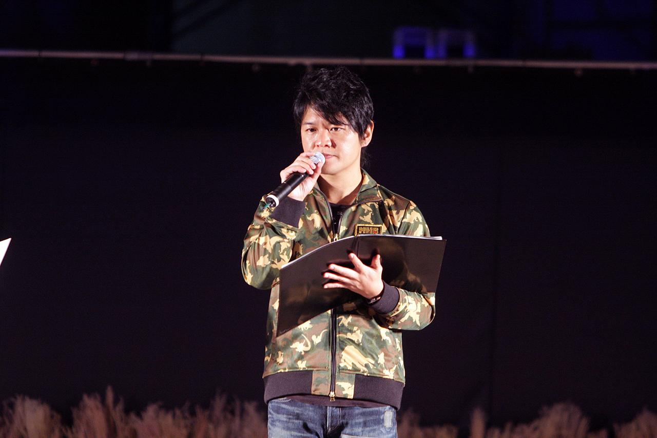 ステージイベントにほぼ1日中出演している辻本良三プロデューサー