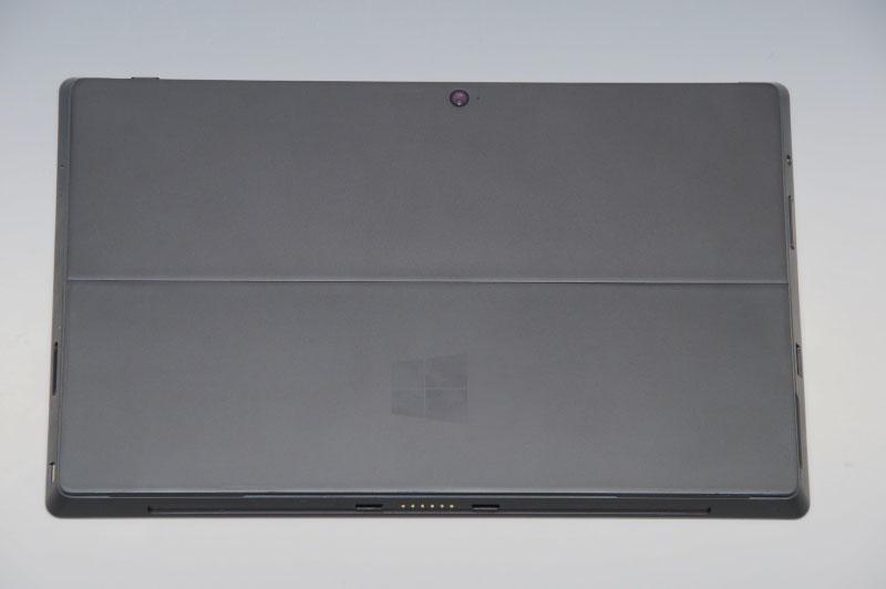 Wii U Gamepadと並べつつ各部をチェック。大きさはWii U Gamepadより一回り大きい。側面にはUSB 3.0のポートや、Mini DisplayPort出力、ボリュームスイッチ、ヘッドフォン出力、microSDXCカードスロットを備える。a/b/g/nの無線LANやBluetooth 4.0も搭載しているので、通信周りも万全だ