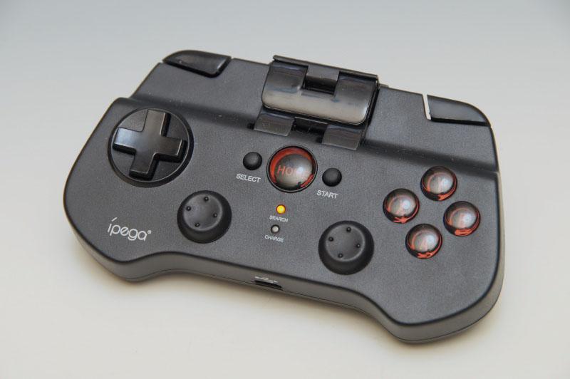 ワイヤレスのゲームパッドは使えないものかと、iPega「Bluetoothゲームコントローラー PG-9017」をBluetoothで使用。特に問題はなくプレイできた。軽量なのが嬉しい