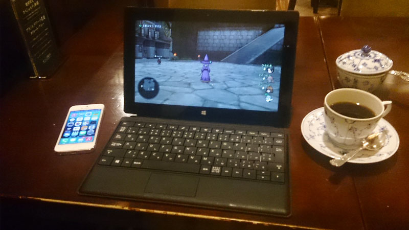 都内某所の喫茶店にて、iPhoneをテザリングで使い、「DQX」をオンラインプレイ。電波の安定した場所なら、上下ともに5M以上の速度は出るし、RPGである「DQX」ならレスポンスもそこまで気にはならない。想像以上に快適なプレイができた