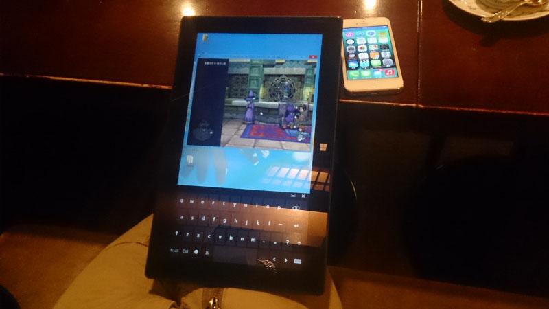 キーボードもゲームパッドもなしに、Surface Pro単体でのプレイを試みるも、現状の設定項目ではなかなか難しい。タッチ操作で移動とカメラ操作を割り当て、ソフトウェアキーボードのW/A/S/Dキーでカーソル操作をして、なんとかNPCとのやり取りぐらいはできるようになった