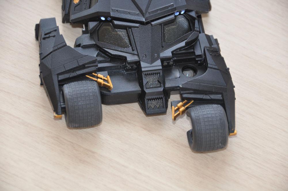 前輪がずれて各種スイッチが操作できる。バットポッド分離シーンを意識したという