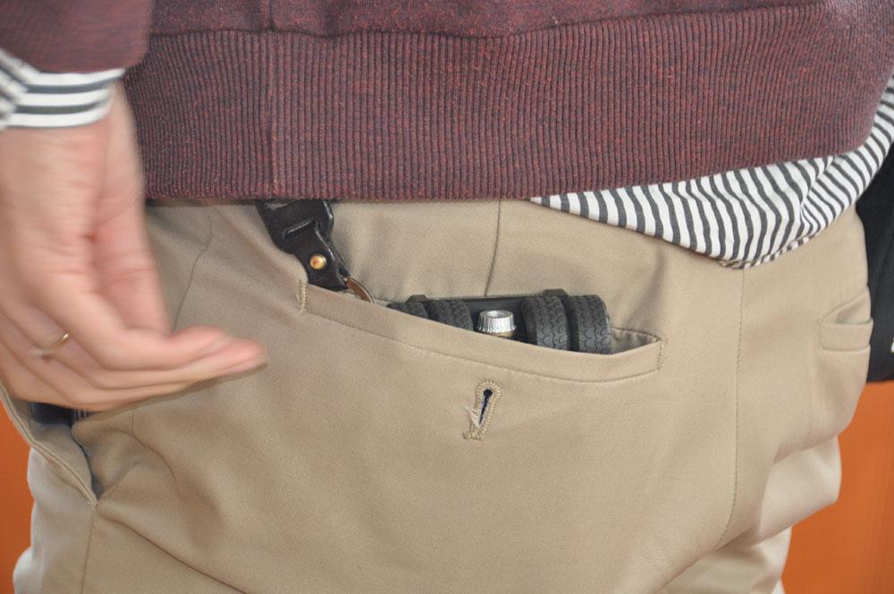 実用シーンをイメージ。「通話する姿もイケてるでしょ?」とK氏。ポケットにもすっぽり収まる