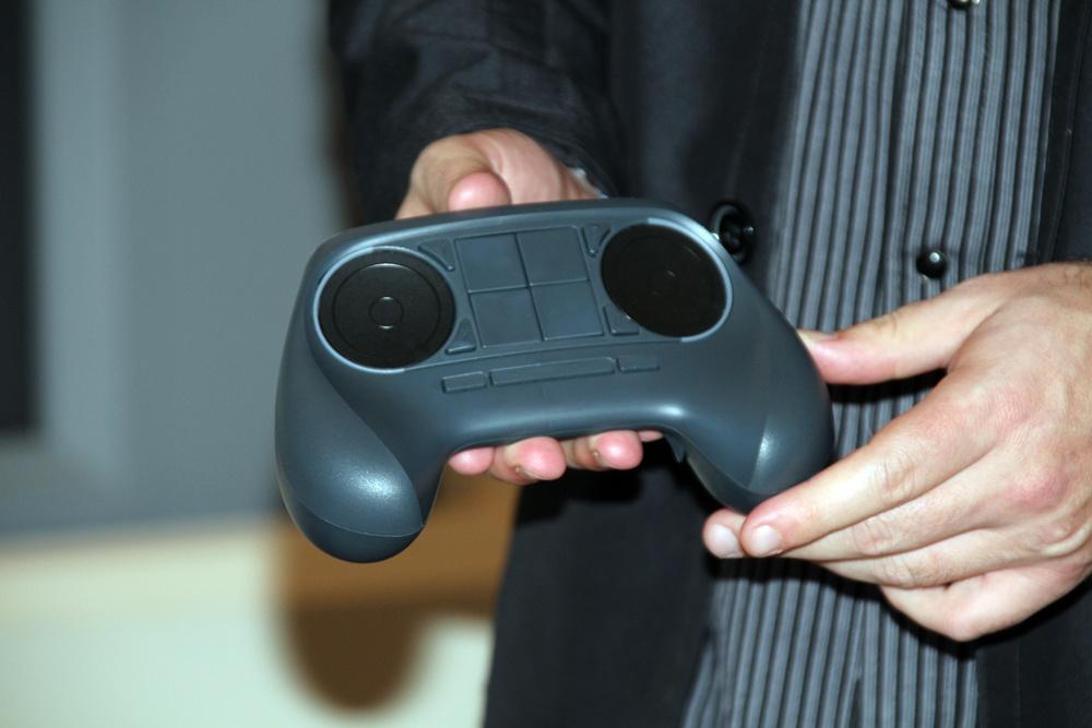 Steam Controller。プロトタイプ版ということで、中央にあるはずのタッチパネルは4つに区分けされたボタンで代用されている