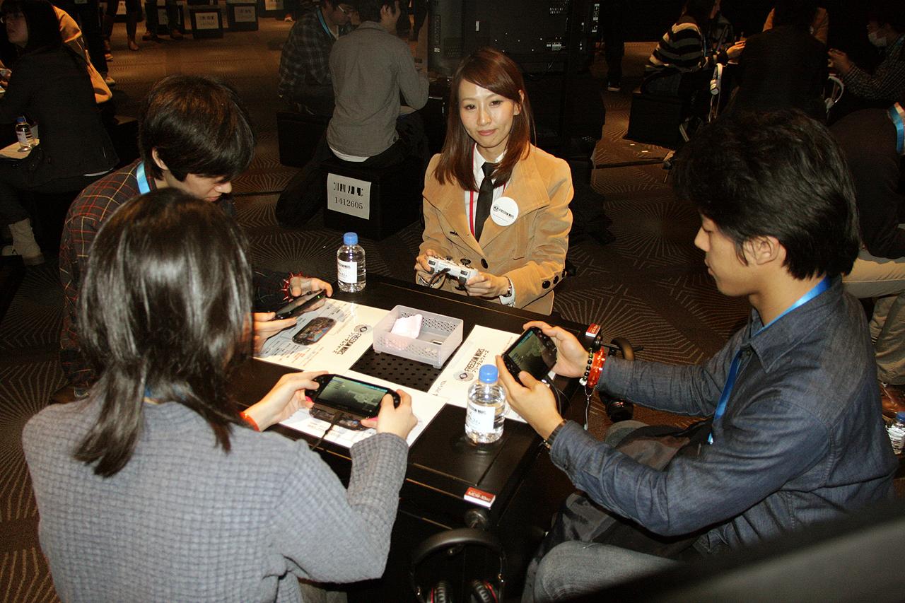 試遊風景。来場者3人に対してインストラクターさんがPS Vita TVで参戦。インストラクターさんが説明したり積極的に声を掛けたり質問に答えながらゲームをうまく進めていた