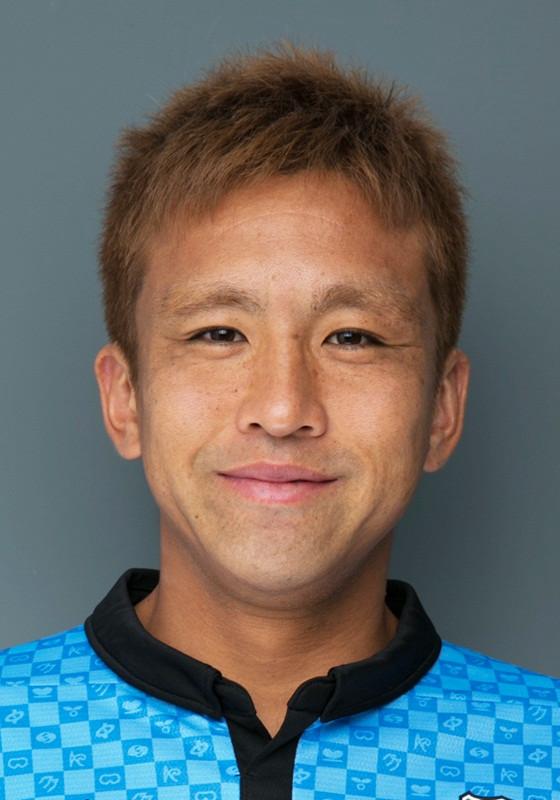 「黒豹の司令塔」・稲本として登場。1979年9月18日生まれ。鹿児島県出身。川崎フロンターレ所属。1997年にトップチーム昇格を果たし、わずか17歳6カ月という当時の最年少記録でJリーグデビュー。翌月には早くも初ゴールを記録し、当時のJ史上最年少得点記録を塗り替えた。日本代表では、99年ワールドユース準優勝、2000年シドニー五輪でベスト8進出を果たす。01年には名将アーセン・ベンゲルにその才能を認められ、強豪アーセナルへ移籍。02年のワールドカップ・日韓大会では2得点を挙げ、ベスト16入りに大きく貢献した。その後、フラム、WBAなどを渡り歩き、06年ワールドカップ・ドイツ大会後にトルコのガラタサライへ移籍。欧州チャンピオンズリーグで得点を挙げるなど、1年を通してレギュラーとして活躍した。シーズン終了後にドイツ、フランクフルトへの移籍を発表。その後レンヌを経て2010年からは川崎フロンターレに移籍した