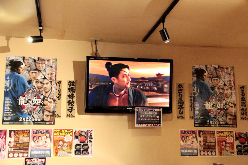 店内では同作のプロモーションムービーが流れたり、コラボポスター、さらにソフトのポスターも掲示