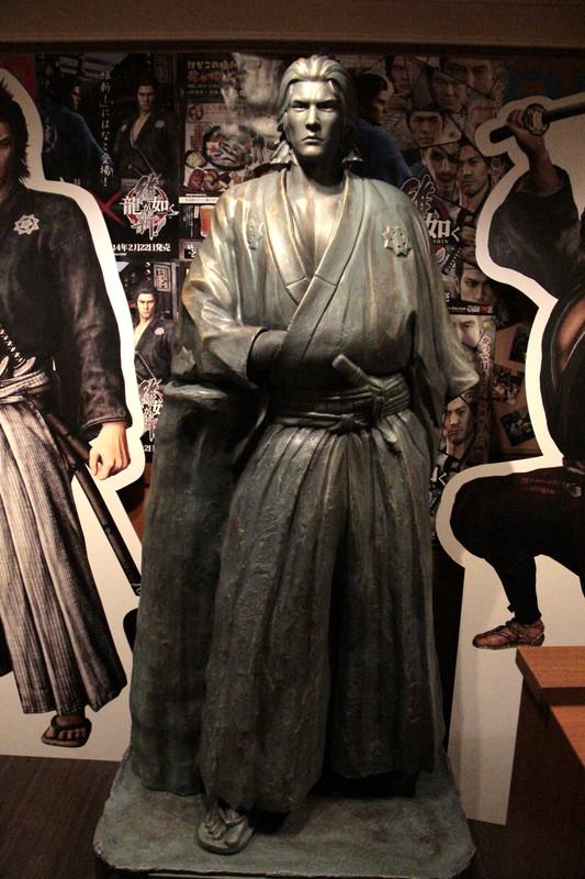 坂本龍馬像も渋谷南口店に展示
