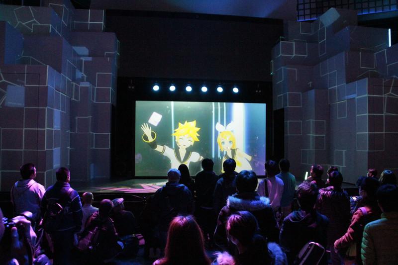 1st Floor「メインステージ」にて、「初音ミク -DAIBA de DIVA- F 2nd」のオープニングテーマ「DECORATOR」(アーティスト:livetune)のPVを、東京ジョイポリスでしか観ることができないスペシャルバージョンで12時、15時、18時からの1日3回上映する(1回の上映時間は約5分)