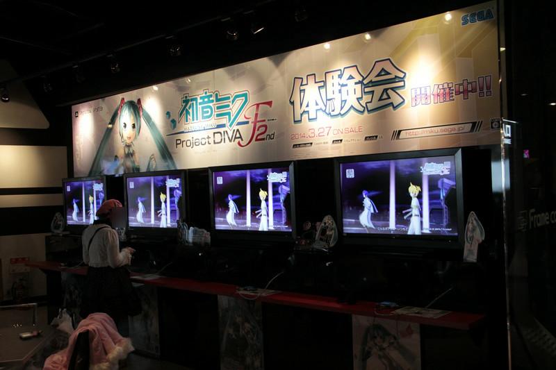 3rd Floor「マルチステージ」にて、PS Vita版「初音ミク -Project DIVA- F 2nd」の試遊が可能。体験版には「DECORATOR」、「スキキライ」、「ルカルカ★ナイトフィーバー」が収録されていた