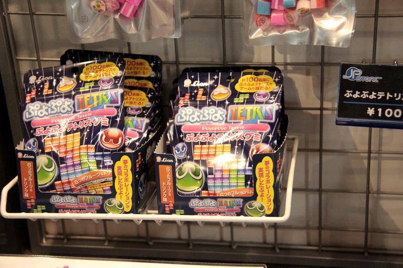 「初音ミク -DAIBA de DIVA- F 2nd オリジナルクリアファイル」価格:390円(税抜)、「初音ミク -DAIBA de DIVA- F 2nd缶」 価格:550円(税抜)、「e-ma のど飴×初音ミク -DAIBA de DIVA- F 2nd」価格:480円(税抜)などのオリジナルグッズや関連グッズを販売。ちなみに「ぷよぷよテトリスグミ」も販売中でした