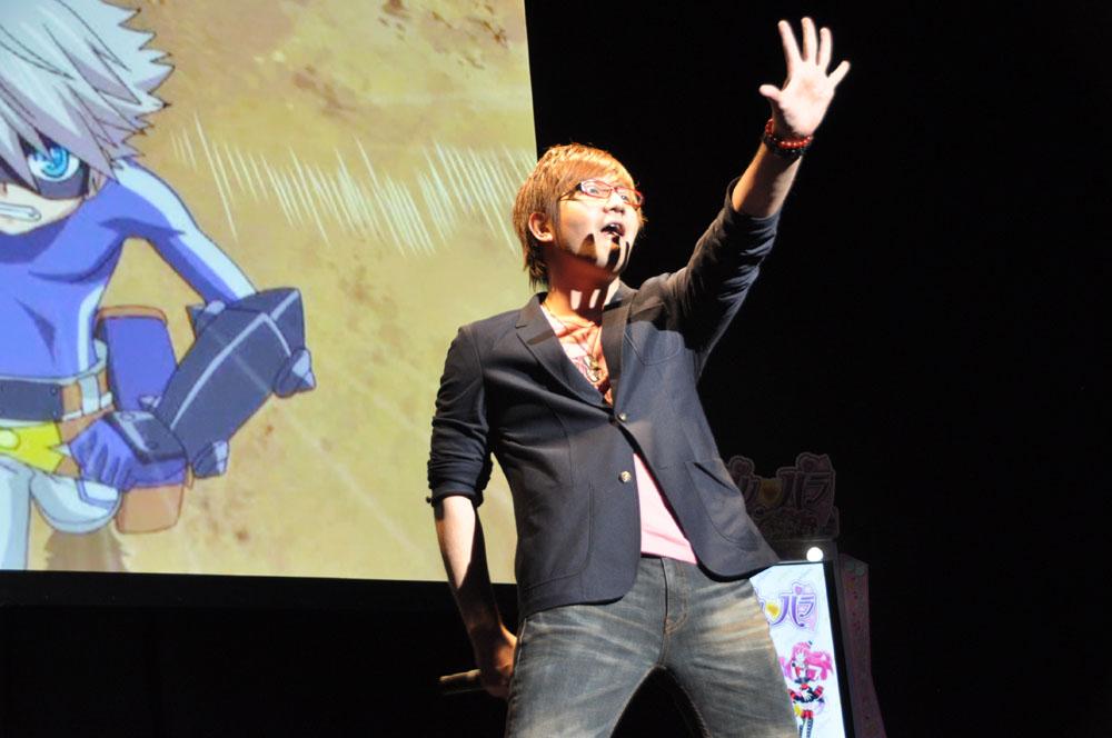 「ブキガミ」のキャラクター・モモを演じる声優の小林ゆうさんと、本作のテーマソングを歌う湯毛さん。湯毛さんは会場でテーマソングを熱唱、小林さんはおなじみの絵でゲームのマスコットキャラクターを描いた