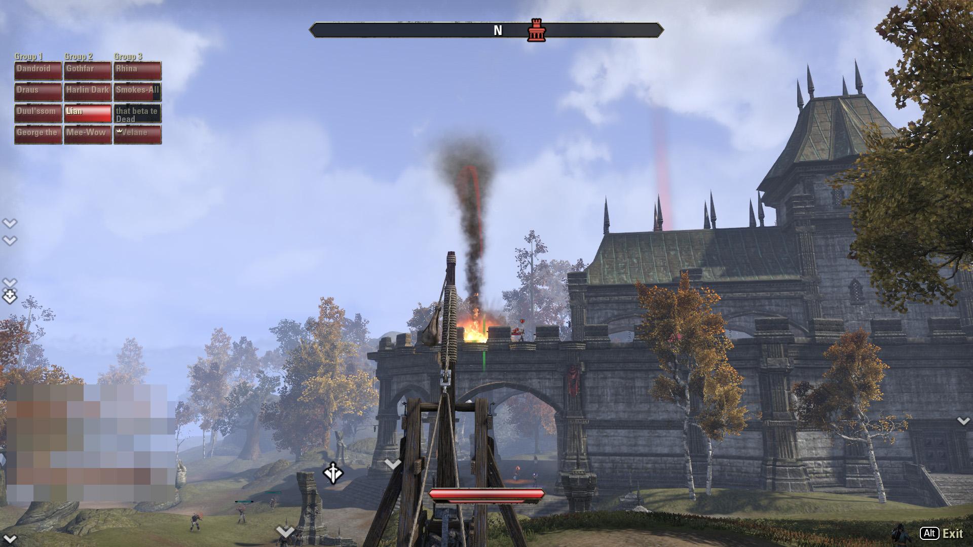 攻城兵器のカタパルトで燃える弾を発射する