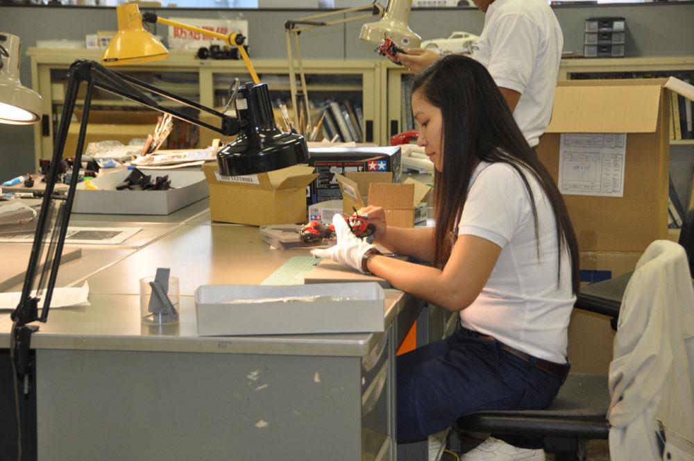 タミヤ本社は、商品の企画、開発、金型の生産を行なっている。オープンハウスでは、企画室を実際に見ることができ、ミニ四駆のカウルの設計デモなどを見ることができる(社外秘の資料もあるので撮影は不可)。また、ショーへの出展や、カタログの資料用にプラモデルを組み立て、塗装している工程を見ることができる。ここではエアブラシを体験することもできる