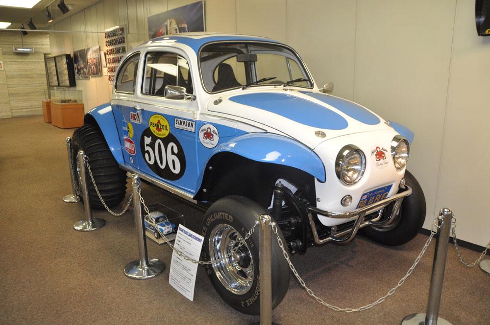 レーシングカーやバイクなど、タミヤのプラモデルのモチーフとなった実車が展示されている。分解して部品1つ1つを見てプラモデルを設計するという。ここには金型からプラモデルを出していく機械もあって、プラモデルの製造工程の1部も見れる