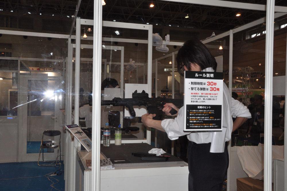 ミリタリーファッションに身を固めたコンパニオン達が迎えてくれる東京マルイブース。おなじみの試射コーナーもある