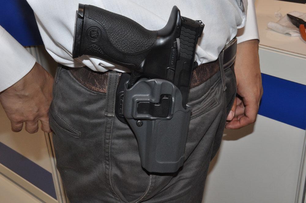 「リアルガスブローバック M&P」。価格・発売日未定。リアルな質感や、実銃ながらのブローバック・分解ギミックを搭載。写真のホルスターは本物の銃用