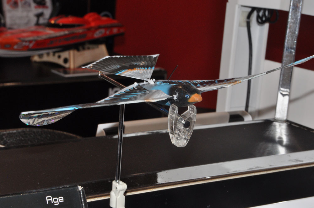 「Avitron V2.0」。8月発売、価格14,000円(税別)。フランスのメーカーが開発した、羽ばたき飛行機のラジコン