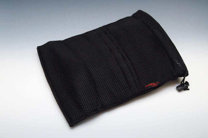 ヘッドセットのほか、リモートコントローラー、交換要イヤーパッド、ジャック変換用のケーブルやアタッチメントが付属しており、様々な機器に対応できる。さらに専用のポーチも付属する