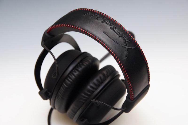 剛性感たっぷりのアルミニウムのフレームに、ラバーコートされたパーツ、スーパーソフトパッド入りのヘッドバンドに、低反発素材を使ったイヤーパッドを搭載。すっきりしたデザインだが、アクセントに側面に「HX」の赤い文字が、上部にも「HYPER X」の文字が縫い付けられている