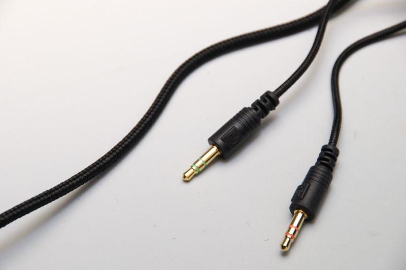 ケーブルには編み込みのシールドが施されている。柔らかくクセがつかなくて扱いやすい。接続部はステレオとマイクの二股になっているが、付属のケーブルで一本化も可能だ